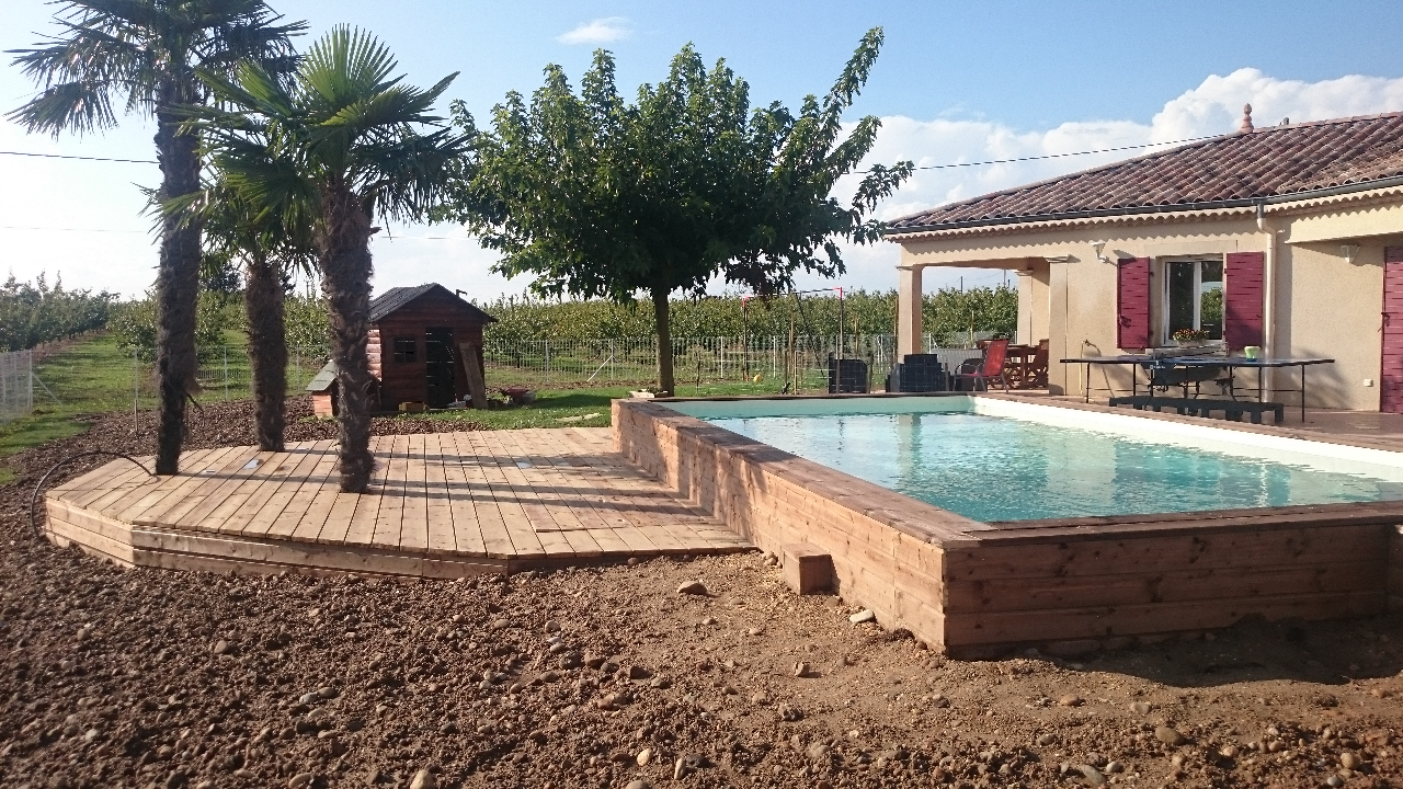 Terrasse d co bois concept saint hilaire du rosier for Piscine hexagonale semi enterree
